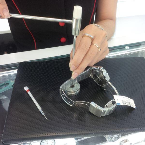 cách tháo đồng hồ đeo tay 4