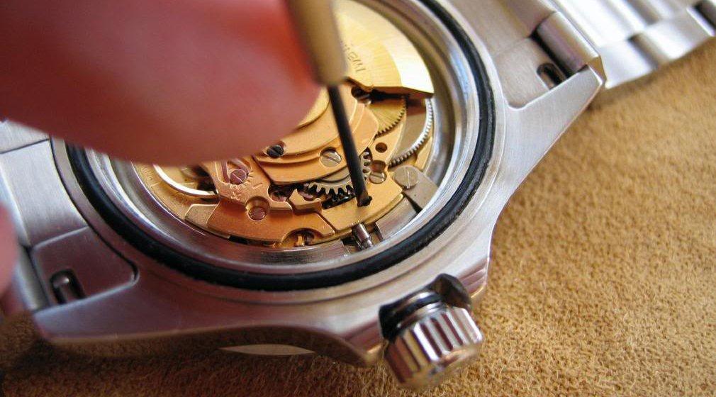 đồng hồ cơ bị đứt dây cót